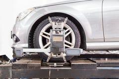 Il primo piano della gomma premuto con il aligner che subisce la ruota automatica allinea Fotografie Stock Libere da Diritti