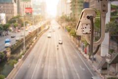 Il primo piano della macchina fotografica di traffico osserva il traffico automobilistico su una strada Fotografie Stock Libere da Diritti