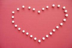 Il primo piano della spinta appunta la formazione del cuore a forma di sopra priorità alta rosa Fotografie Stock