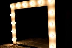Il primo piano delle lampadine dello specchio a compone la stanza Fotografie Stock