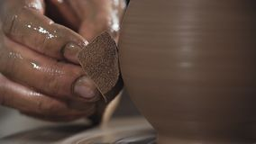 Il primo piano delle mani crea delicatamente fatto a mano a forma di da argilla Il vasaio crea il prodotto stock footage
