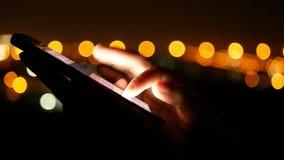 Il primo piano delle mani della giovane donna che scrivono gli sms a macchina chiacchiera, facendo scorrere il telefono delle imm stock footage