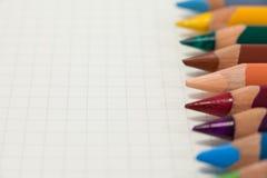 Il primo piano delle matite colorate ha sistemato in una fila Fotografia Stock