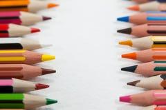 Il primo piano delle matite colorate ha sistemato in una fila Immagini Stock Libere da Diritti