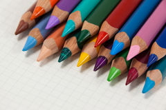 Il primo piano delle matite colorate ha sistemato in una fila Fotografie Stock