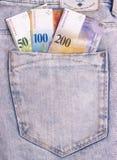 Il primo piano delle note dello svizzero nei jeans intasca Fotografie Stock