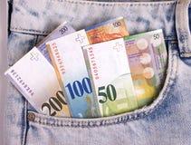 Il primo piano delle note dello svizzero nei jeans intasca Fotografia Stock Libera da Diritti