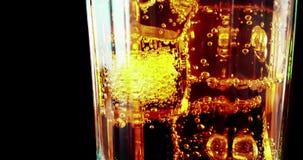 Il primo piano di bicchiere di spritz il cocktail arancio di aperol dell'aperitivo con i cubetti di ghiaccio, con il movimento ga stock footage