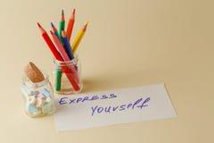 Il primo piano di colore disegna a matita in barattolo di vetro con le note Immagini Stock Libere da Diritti