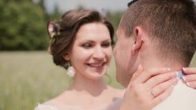 Il primo piano di giovane bella donna con un grazioso capelli-fa baciando il suo uomo, sorridendo e tenero esaminandolo archivi video