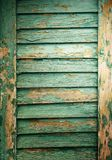 Il primo piano di legno shutters le plance con la pittura della sbucciatura, fondo di struttura Immagine Stock Libera da Diritti