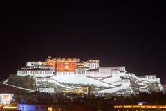 Il primo piano di Palazzo del Potala alla notte Fotografia Stock