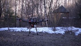 Il primo piano di quadcopter decolla clip Il modello potente del quadcopter della nuova generazione decolla da terra al cielo per archivi video