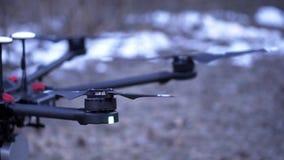 Il primo piano di quadcopter decolla clip Il modello potente di quadrocopter è eliche di guadagno di slancio della nuova generazi stock footage