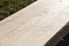 Il primo piano di struttura della plancia di legno da desidera ardentemente il soffitto della casa di ceppo al sole Immagini Stock