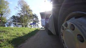 Il primo piano di trasporto su autocarro della ruota del carico del camion, camion trasporta il carico surdimensionato video d archivio