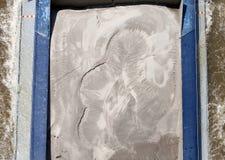 Il primo piano di un compartimento della chiatta ha caricato con la sabbia Immagine Stock