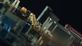 Il primo piano di un dissipatore di calore di alluminio ha montato su un circuito verde del computer archivi video