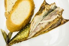Il primo piano di un piatto dello sgombro affumicato ha preparato per il cibo e due fette di pane immagine stock libera da diritti
