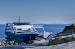 il primo piano di un traghetto ha attraccato nel piccolo porto di Pessada Immagine Stock