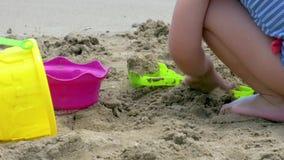 Il primo piano di una costruzione della ragazza fortifica nella sabbia archivi video