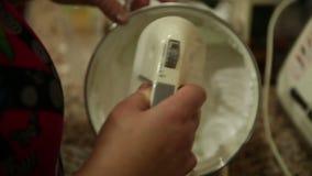 Il primo piano di una donna mescola la torta crema archivi video