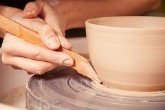Il primo piano di una donna scolpisce il vaso dell'argilla Fotografia Stock