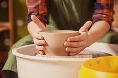 Il primo piano di una donna scolpisce il vaso dell'argilla fotografie stock