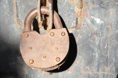 Il primo piano di vecchio fissa la porta rossa del garage del metallo fotografia stock libera da diritti