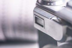 Il primo piano di vecchio mirino della macchina fotografica della foto e la foto filmano 35 millimetri sopra Immagine Stock