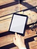 Il primo piano equipaggia la compressa moderna del bottone domestico commovente della mano Aggeggio bianco dello schermo e Tabell Fotografia Stock