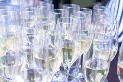 Il primo piano ha ghiacciato il champagne o il vino spumante in flauto di vetro su una tavola in un ristorante pronto per una str Fotografia Stock Libera da Diritti