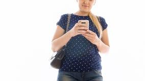 Il primo piano ha isolato la foto del messaggio di battitura a macchina della giovane donna sullo smartphone Fotografia Stock