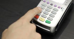 Il primo piano ha sparato della persona che usando il pagamento mobile PayPass archivi video