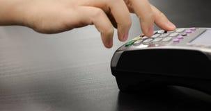 Il primo piano ha sparato della persona che usando il pagamento mobile PayPass video d archivio
