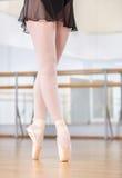Il primo piano ha sparato delle gambe di dancing della ballerina nei pointes Immagini Stock