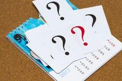 Il primo piano ha sparato di molta carta con il punto interrogativo calendario Immagine Stock