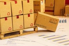 Il primo piano ha sparato di raggruppamento dei beni d'investimento finanziari su legno p Immagine Stock