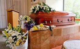 Il primo piano ha sparato di un cofanetto variopinto in una saettia o della cappella prima del funerale o della sepoltura al cimi immagini stock libere da diritti