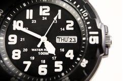 Il primo piano ha sparato di un orologio nero con lo spazio della copia Immagini Stock