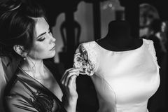 Il primo piano ha sparato di una sposa elegante e castana nei dres bianchi d'annata immagini stock libere da diritti