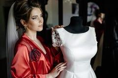 Il primo piano ha sparato di una sposa elegante e castana nei dres bianchi d'annata fotografie stock