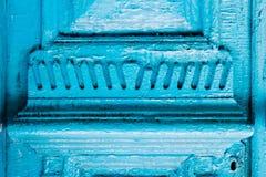 Il primo piano l'elemento del blu molte volte ha dipinto la porta d'annata di legno a doppia canna incrinata del secolo scorso co Fotografia Stock Libera da Diritti