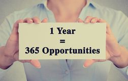 Il primo piano passa a segno della tenuta un messaggio di opportunità di anno 365 Immagine Stock
