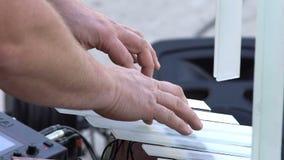 Il primo piano, il ` s del musicista passa il gioco sullo strumento musicale di vetro nell'officina del ` s del vasaio stock footage