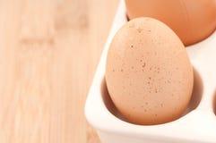 Il primo piano su di un Brown ha macchiettato l'uovo in cucina Fotografie Stock