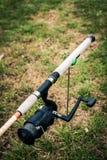 Il primo piano su una bobina di pesca ha montato sulla canna da pesca Fotografie Stock Libere da Diritti