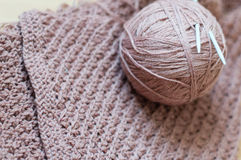 Il primo piano sul dettaglio dell'artigianato tessuto tricotta il maglione marrone Immagini Stock