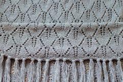 Il primo piano sul dettaglio grigio dell'artigianato tessuto tricotta lo scialle Fotografia Stock