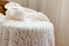 Il primo piano sull'artigianato tessuto tricotta il maglione bianco Immagini Stock Libere da Diritti